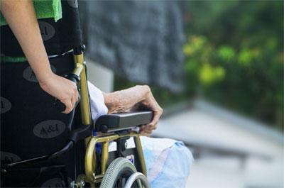 Met de rolstoel naar buiten