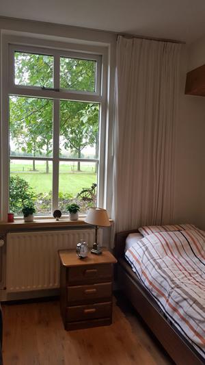 Slaapkamer met zicht op buiten