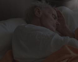 Slapende oudere man